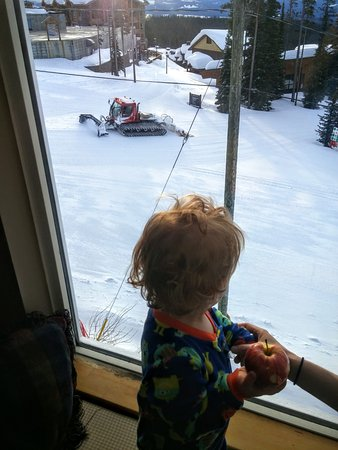 Big White, Kanada: watching the groomer from our ski-in-out room
