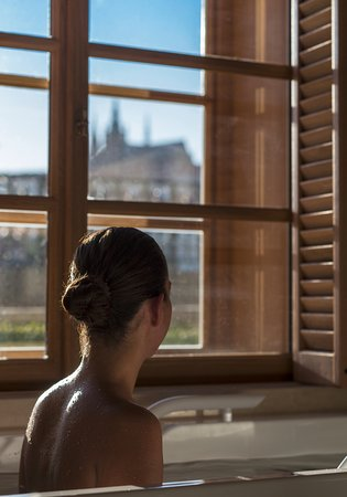 Four Seasons Hotel Prague: AVA Spa  - mineral bath
