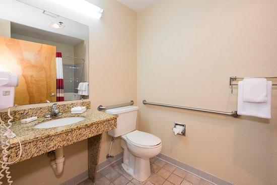 Red Roof Inn & Suites Middletown/Franklin: ADA Bathroom