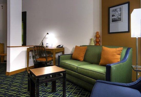 Fairfield Inn & Suites Auburn Opelika: King Suite Living Area