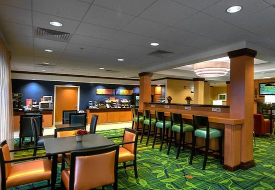 Fairfield Inn & Suites Auburn Opelika: Breakfast Seating Area
