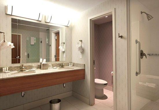 Atenas, GA: King Suite Vanity