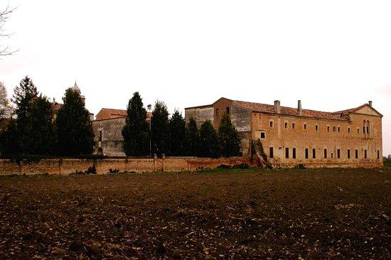 Carceri, Italia: L'imponente esterno del luogo abbaziale