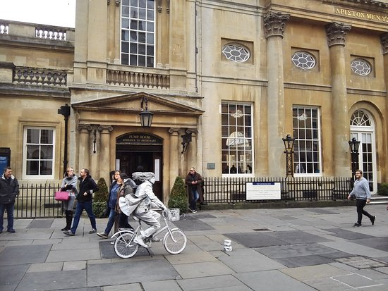 Henrietta House: Street entertainment outside The Pump Room