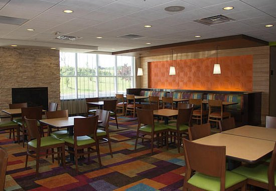 Fairfield Inn & Suites Watervliet St. Joseph: Breakfast Seating Area & Lounge