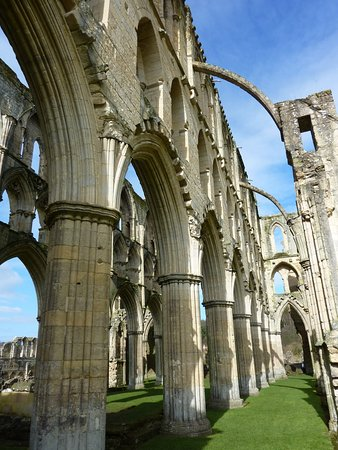 Helmsley, UK: Beautiful towering columns, magnificent!