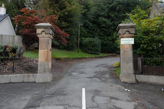 Menstrie, UK: The entrance gates off Long Row