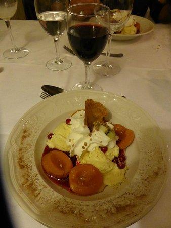 Valcebollere, Fransa: Oreillettes d' abricots avec sa glace vanille , sa chantilly et sa tuile faite maison