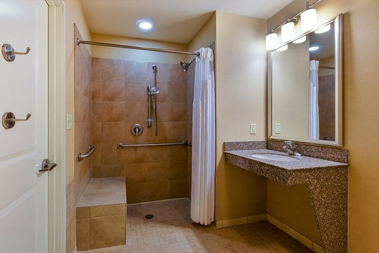 Alpine, TX: Convenient Two Queen ADA/Handicapped Bath