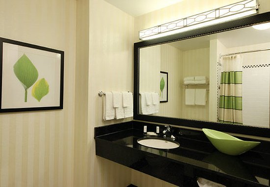 Fairfield Inn & Suites Mahwah: Guest Bathroom