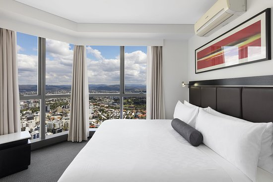 altitude suite with bedrooms bathroom picture of meriton. Black Bedroom Furniture Sets. Home Design Ideas
