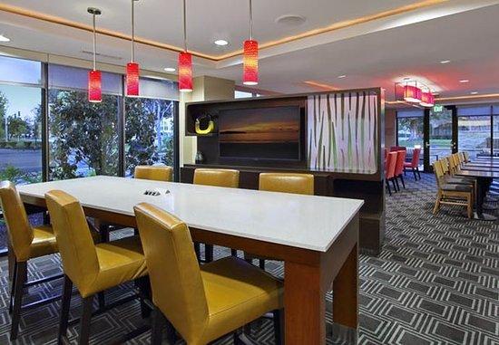 TownePlace Suites San Jose Santa Clara: Communal Table