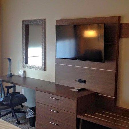 room desk, tv, luggage rack