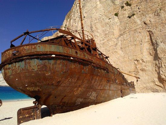bateau echoue sur la plage