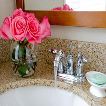 Linden Row Inn: Spa-style Granite Bathrooms