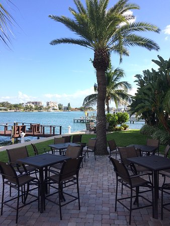 Westwinds Waterfront Resort: The outdoor seating area