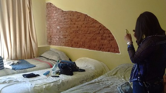 Hotel Chipre: Esto es todo el espacio que teniamos tres personas en la habitación. Casi pasando sobre las cama