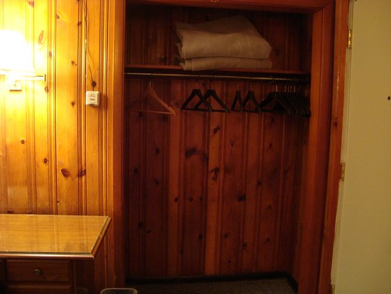 Cedars Motel: The closet had plenty of hangers and extra blankets.