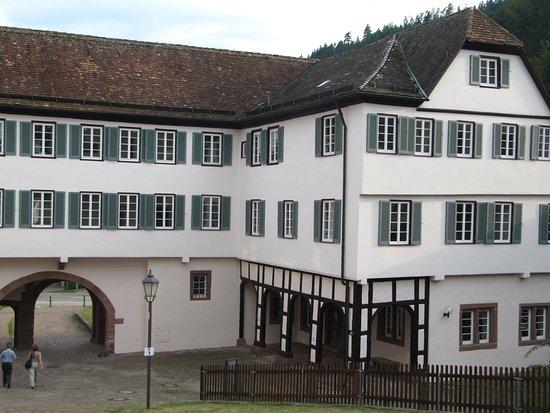Kloster Hirsau: am Fuß der Ruine steht dieses alte Gebäude. Es ist das Finanzamt.