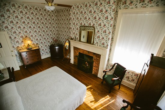 Bedford, PA: The John Anderson Room offers a spacious, fire placed warm room with a king sized bed.