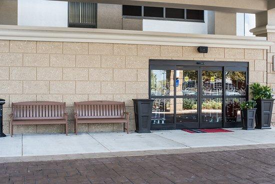 Τσάρλεστον, Δυτική Βιρτζίνια: New Stonework on hotel Exterior