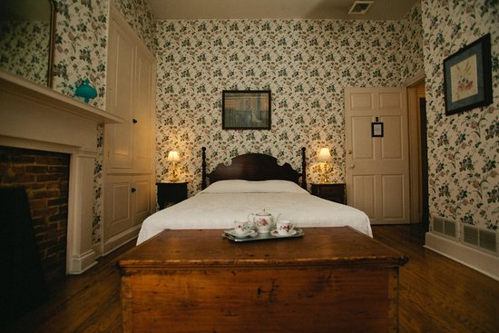 Bedford, Pensilvania: The Oralee Room overs a cozy warmth with a private bath, working fireplace, and queen sized bed.