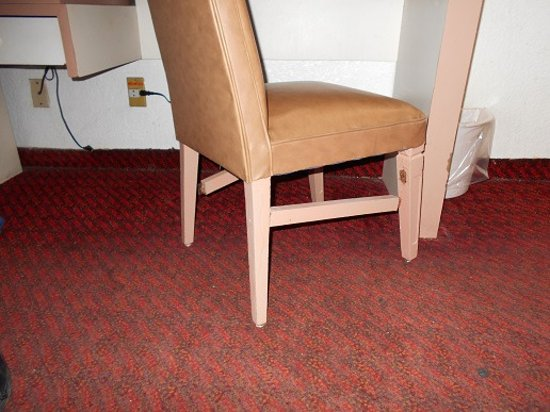 Reforma Avenue Hotel: Broken chair and lone electrical outlet.