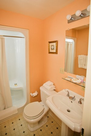 Bedford, PA: All of rooms and suites have their own private bathroom with shower.