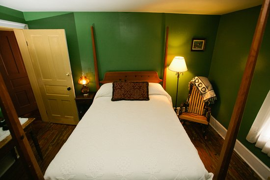 Bedford, PA: The Penn Family Suite offers two rooms each with a full sized bed.