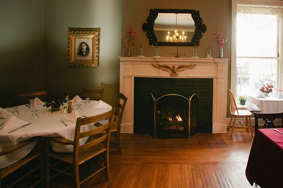Bedford, PA: Our Dining Room offers a warm and cozy ambiance for breakfast, lunch and dinner.