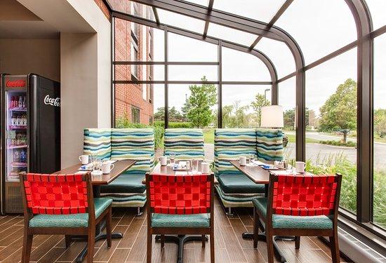 Vernon Hills, Илинойс: Enjoy your Chicago Metropolis Coffee in our solarium