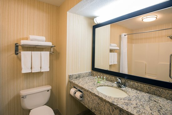 Holiday Inn Express Wauseon: Guest Bathroom
