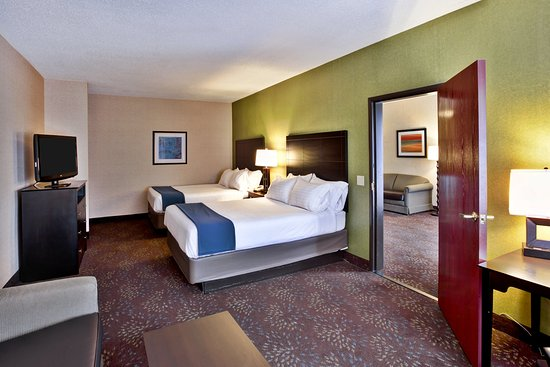 Woodhaven, MI: 2 Queen 2 Room Suite with 2 Sofa Beds and Whirlpool Nonsmoking