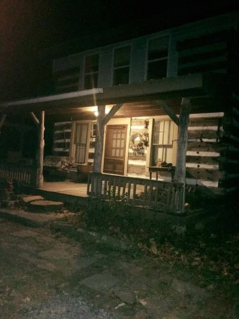 Olde Squat Inn Bed and Breakfast: Church cabin at night