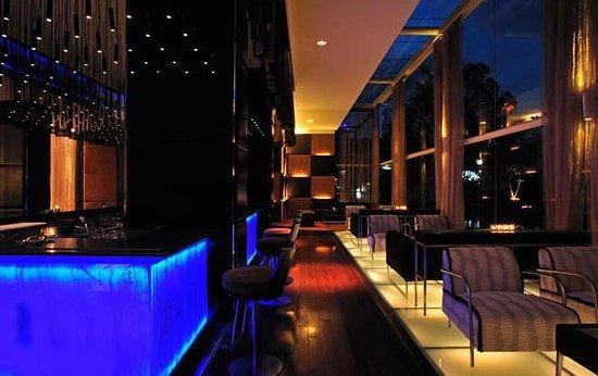 Taj Club House: Bar