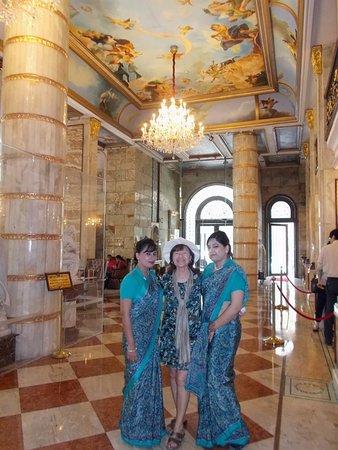 Hotel The Royal Plaza: Le hall de réception et les charmantes hôtesses d'accueil
