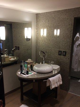 Four Seasons Hotel Bogota: Washing bassin and dressing area