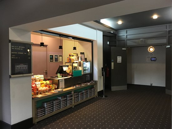 Area De Foyer : Curzon knutsford cinema england updated top tips