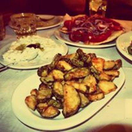 Το Ρεμούτσικο Ταβέρνα: Συνδυασμός που σκοτώνει κολοκυθάκια τηγανητά με χειροποίητο τζατζίκι