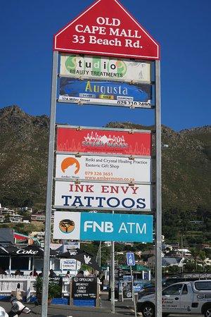 Gordon's Bay, Sudáfrica: Her er flere butikker ved Old Cape Café