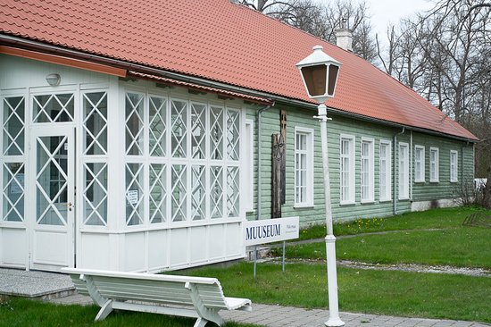Kardla, Estland: The longest wooden house in Kärdla, littlebit over 60 meters. Main house of Hiiumaa Museum.