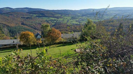 Chateau Chinon, Francia: Vue sur les monts du Morvan depuis les alentours de l'hôtel