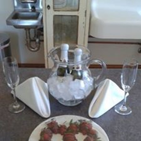 Lighthouse Bed & Breakfast: Chocolate covered strawberries and Champagne for a couple that proposed to his girlfriend.