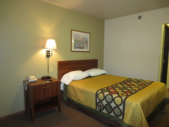 Missouri Valley, IA: One Queen Bed
