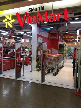 Vincom Center: サービスカウンターで大きなバッグを預けてから入場。