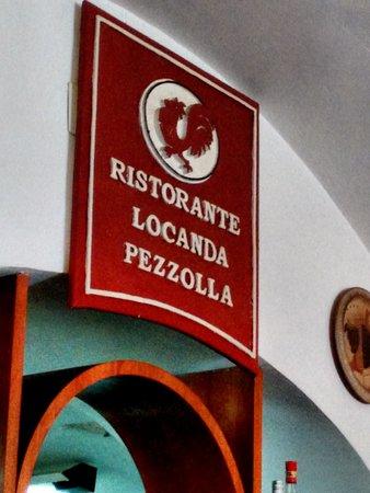 Accettura, Italy: Insegna all'interno, verso la cucina a vista