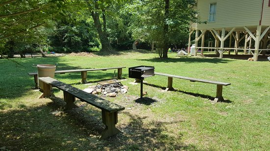 Riverbend Motel & Cabins: BBQ Area