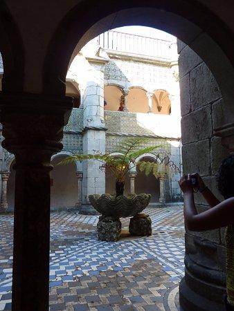 palacio nacional de la pena patio interior con fuente de piedra