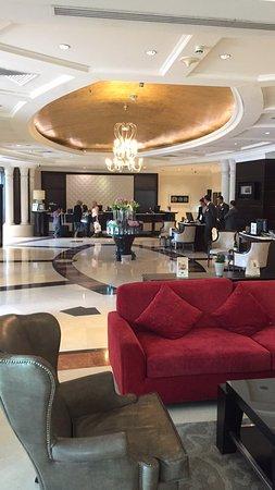 Hilton Beirut Habtoor Grand: Relaxing lobby.