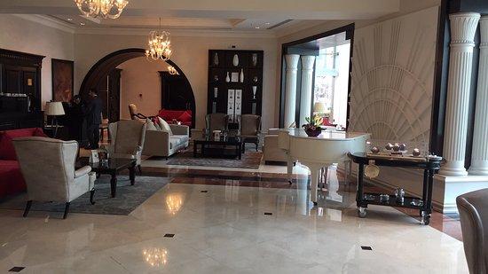 Hilton Beirut Habtoor Grand: Relaxing lobby